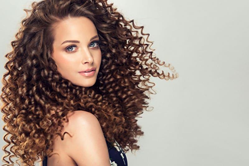 Lange Haare Pflegen - In 5 Schritten zu mehr Volumen und Dynamik bei Naturlocken